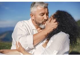 山里的老男人和老女人日落时分相爱的成年_10884950