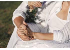 山里的老男人和老女人日落时分相爱的成年_10884954