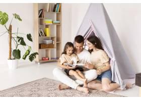 希望渺茫美丽的家庭在家中共度时光_10697429
