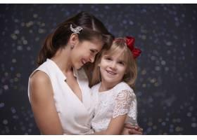 优雅的女人和她迷人的女儿_11821386