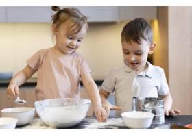 厨房里的中景快乐孩子_12688732