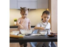 厨房里的中等镜头的孩子们_12688736