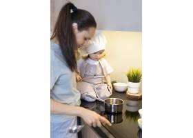 厨房里的特写妇女和孩子_12688746
