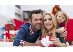 可爱的一家人在圣诞节放松_10677173