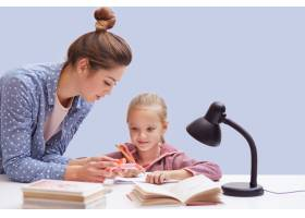可爱的小女孩坐在餐桌旁作业任务繁重她_8761242