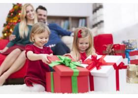 可爱的小女孩打开圣诞礼物_10677170