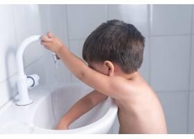 可爱的小男婴在浴室的水槽里洗手_9542023