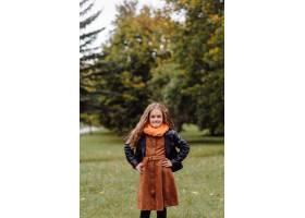 一个微笑的年轻女孩的肖像_11033817