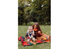 一个微笑的年轻女孩的肖像_11035161