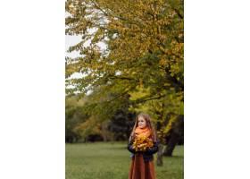 一个微笑的年轻女孩的肖像_11035172