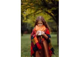 一个微笑的年轻女孩的肖像_11035187