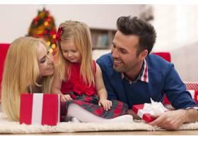 圣诞佳节相亲相爱的家庭_10677052
