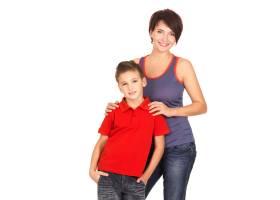 一位幸福的年轻母亲和8岁的儿子在空白区域_10881271