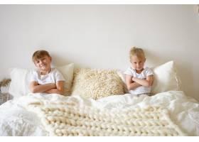 可爱的金发小男孩在卧室里放松和他的哥哥_10898063