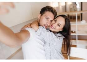 一位棕色眼睛的女子欣喜若狂地与男友拥抱_10785946