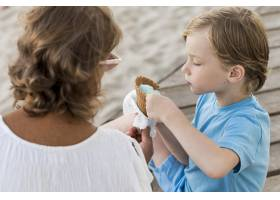 吃冰激凌的可爱小孩_10849675