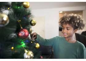 一位留着卷发的美国黑人女孩在客厅装饰圣诞_11036444