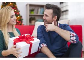 圣诞节是送礼物的时候了_10677159