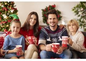 一家人在圣诞节喝热巧克力_11820233