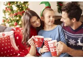 一家人在圣诞节喝热巧克力_11820647