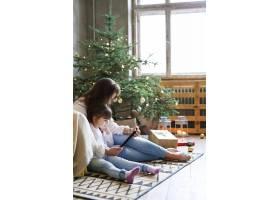 一家人在圣诞节玩得开心_9390895