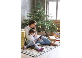 一家人在圣诞节玩得开心_9390900