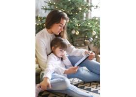 一家人在圣诞节玩得开心_9390907