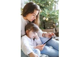 一家人在圣诞节玩得开心_9390911