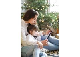 一家人在圣诞节玩得开心_9390915