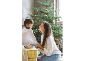 一家人在圣诞节玩得开心_9390927