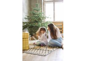 一家人在圣诞节玩得开心_9390938