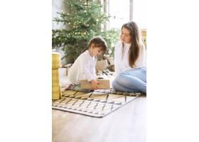 一家人在圣诞节玩得开心_9390942