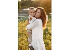 一家人在夏季公园里母亲穿着白色连衣裙_10884423