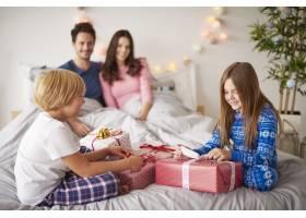 一家人在床上度过圣诞节早晨_11727715