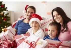 一家人在床上度过圣诞节早晨_11727946