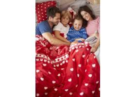 一家人在床上的圣诞节懒惰_11727731