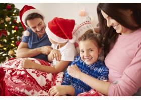 一家人在床上过圣诞节_11727729