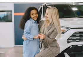 一家人在汽车沙龙里买车的女人和妈妈在_11800107