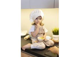 坐在台面上的可爱小孩_12688750