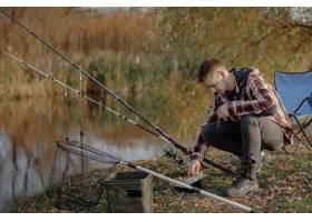 一家人在钓鱼的早晨坐在河边_7169667