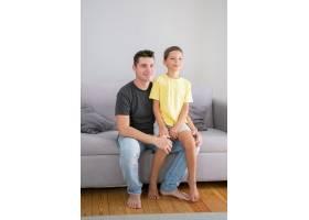 坐在爸爸腿上的可爱男孩父子俩坐在客厅的_11295319
