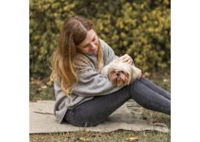 中枪女子抱着可爱的狗_11103647