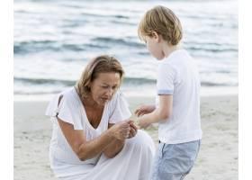 中枪奶奶和孩子在海边_10849631