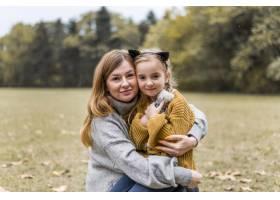 中等镜头的母亲和女孩摆姿势_11103636