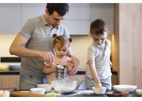 中等镜头的父亲和孩子在厨房里_12688728