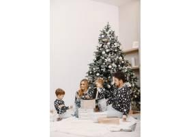 人们为圣诞节而修缮人们和孩子一起玩耍_12040924