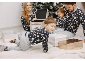 人们为圣诞节而修缮人们和孩子一起玩耍_12040926
