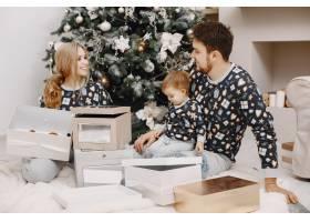 人们为圣诞节而修缮人们和孩子一起玩耍_12040928