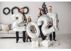 人们在为圣诞节做准备2021年带着气球的人_11744127