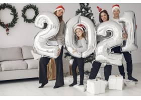 人们在为圣诞节做准备2021年带着气球的人_11776940